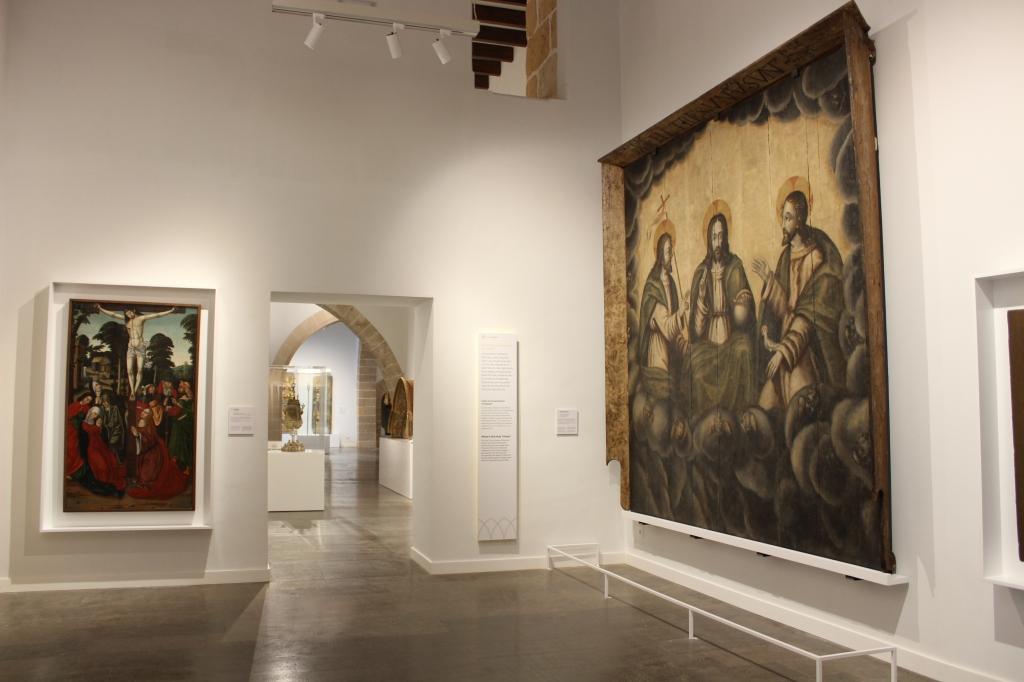 Interior museu art sacre de mallorca. Espai Jesucrist. Dues pintures de Jesucrist