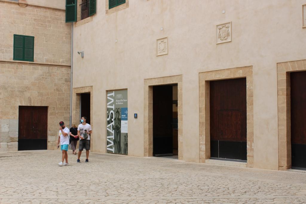 Puerta de acceso al Museu d'Art Sacre de Mallorca.