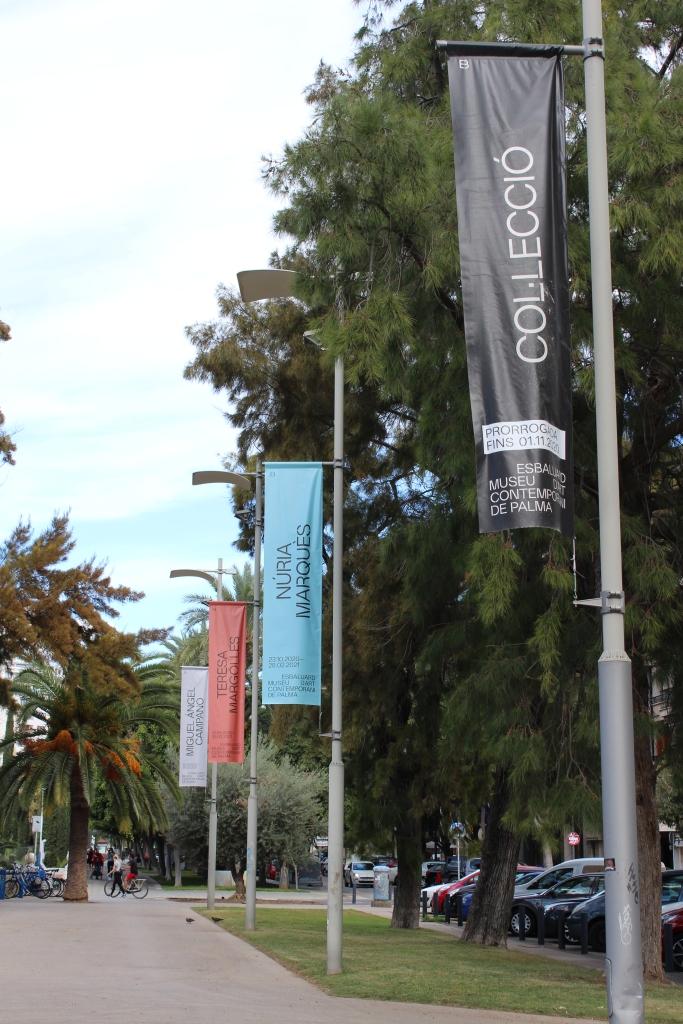 Banderoles anunciant les exposicions temporals de Es Baluard.